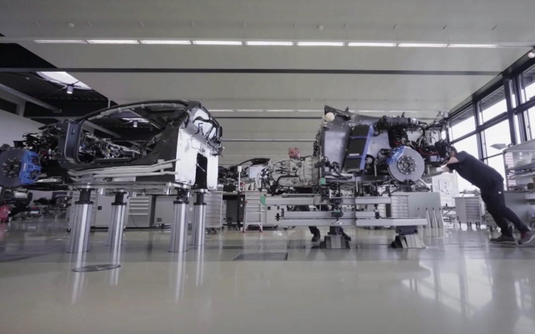 Μέσα στο εργοστάσιο που παράγεται η Bugatti Chiron (video)