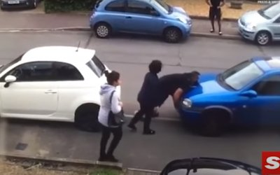 Bodybuilder μετακινεί με τα χέρια του αμάξι που εμποδίζει