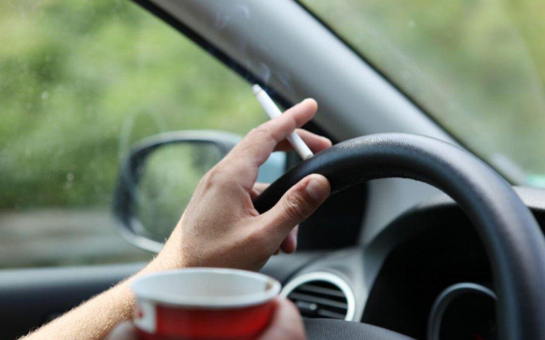 Οδηγώντας με ασφάλεια: Στο ένα χέρι το τιμόνι στο άλλο το τσιγάρο