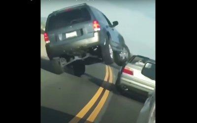 Επικό βίντεο: Τσαντισμένος οδηγός τουμπάρει το αμάξι του με 5χλμ./ώρα