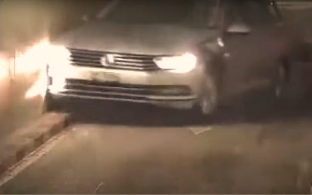 Γυναίκα οδηγός προσπαθεί να μπει σε γκαράζ και διαλύει το αμάξι της (Video)