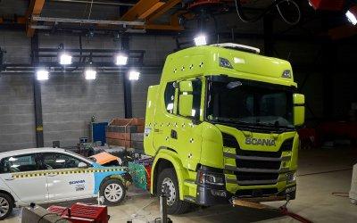 H στιγμή που ένα Golf προσκρούει σε ηλεκτρικό Scania (video)