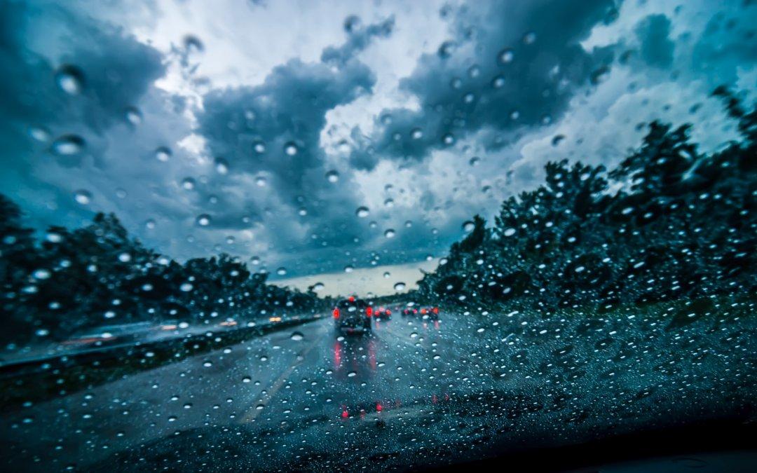 Οδηγώντας με ασφάλεια: Οι 5 χρυσοί κανόνες οδήγησης κατά τη διάρκεια βροχής