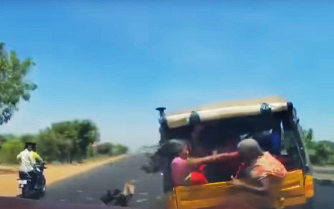 """Αυτοκίνητο """"καρφώνει"""" τρίκυκλο με 5 άτομα! Ποιος φταίει όμως; (Video)"""