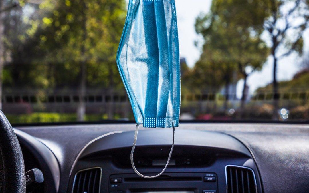 Οδηγώντας με ασφάλεια: Γιατί να βγάλετε αμέσως την μάσκα από τον καθρέφτη!