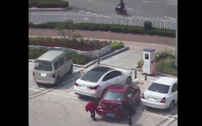 Γυναίκες δυσκολεύονται να παρκάρουν και… προσπαθούν να σηκώσουν το αμάξι με τα χέρια (Video)