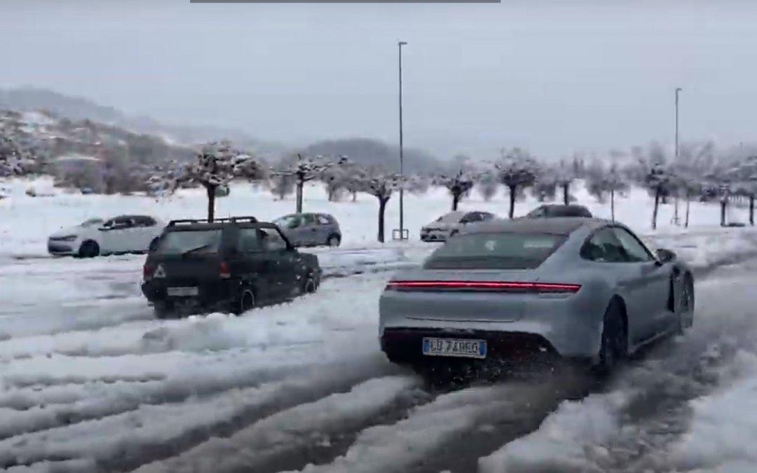 Μετά το Range Rover, το Fiat Panda ντροπιάζει και Porsche Taycan στα χιόνια (Video)