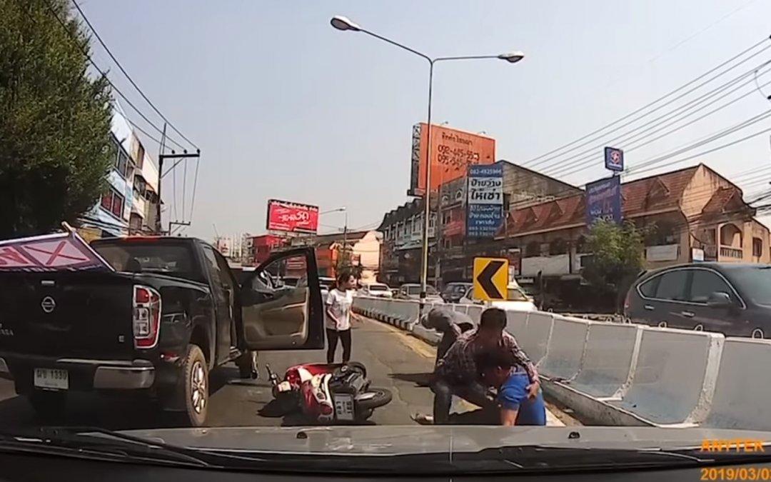 Για μία κόρνα: Πούλησε μαγκιά και τον ξυλοφόρτωσε ολόκληρη η γειτονιά (Video)