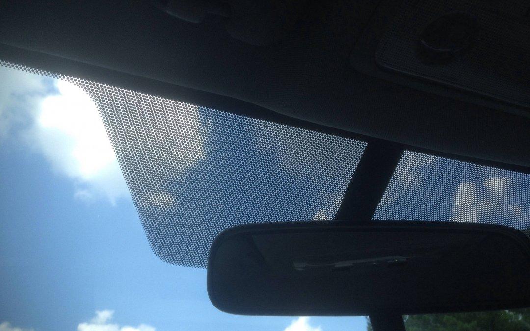 Ξέρετε γιατί υπάρχουν οι μαύρες κουκκίδες σε παρμπρίζ και παράθυρα;