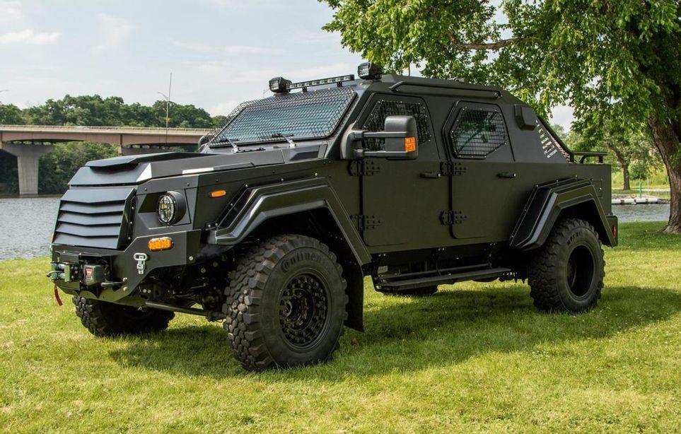 Στρατιωτικά οχήματα με άδεια κυκλοφορίας για τον δρόμο. Ποιος θα τους κόρναρε στο φανάρι; (Photos)