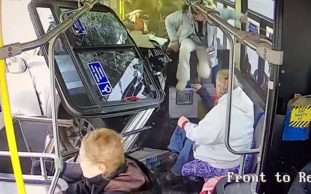 Χαμός και τραυματίες: Αγροτικό εμβολίζει λεωφορείο γεμάτο κόσμο (Video)
