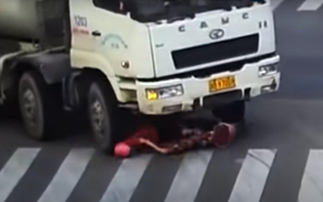 Την πάτησε στο κεφάλι φορτηγό και σώθηκε επειδή φόραγε κράνος! (Video)