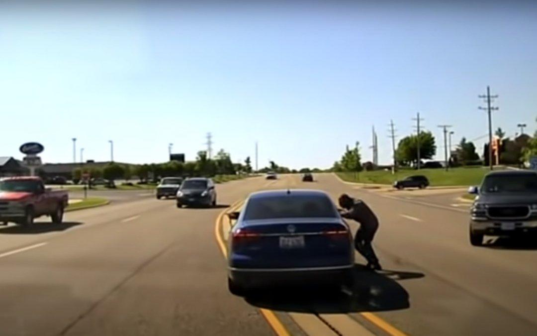 Ήρωας: Πήδηξε σε εν κινήσει αυτοκίνητο σώζοντας οδηγό από επιληπτικό επεισόδιο (Video)
