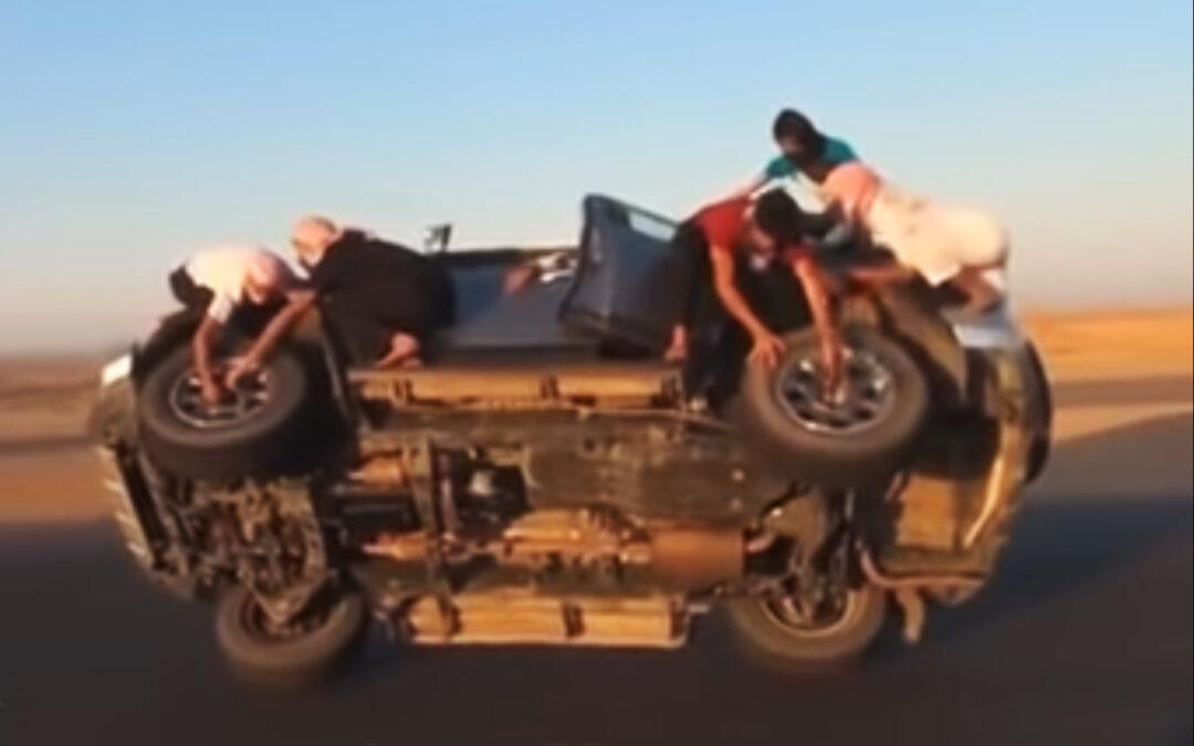 Ταλέντο ή χαζομάρα; Αλλαγή ελαστικών σε εν κινήσει αμάξι που πηγαίνει στις 2 ρόδες! (Video)