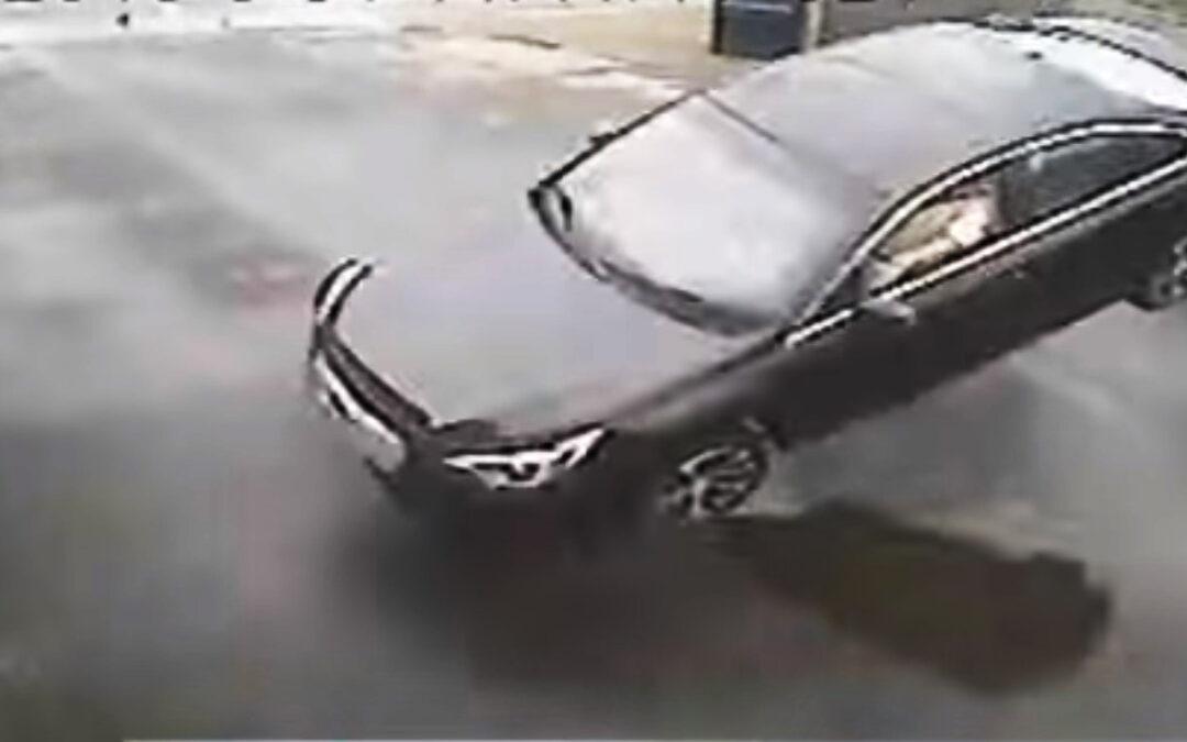 """Σκέτη ειρωνεία: Αυτοκίνητο """"πετάει"""" και προσγειώνεται πάνω στον τοίχο συνεργείου (Video)"""
