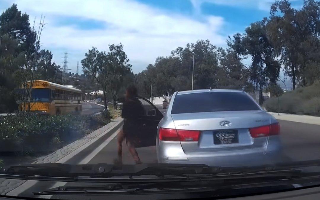 Απίστευτη: Παράτησε το αμάξι εν κινήσει, και το άφησε να ρολάρει στο αντίθετο ρεύμα (Video)