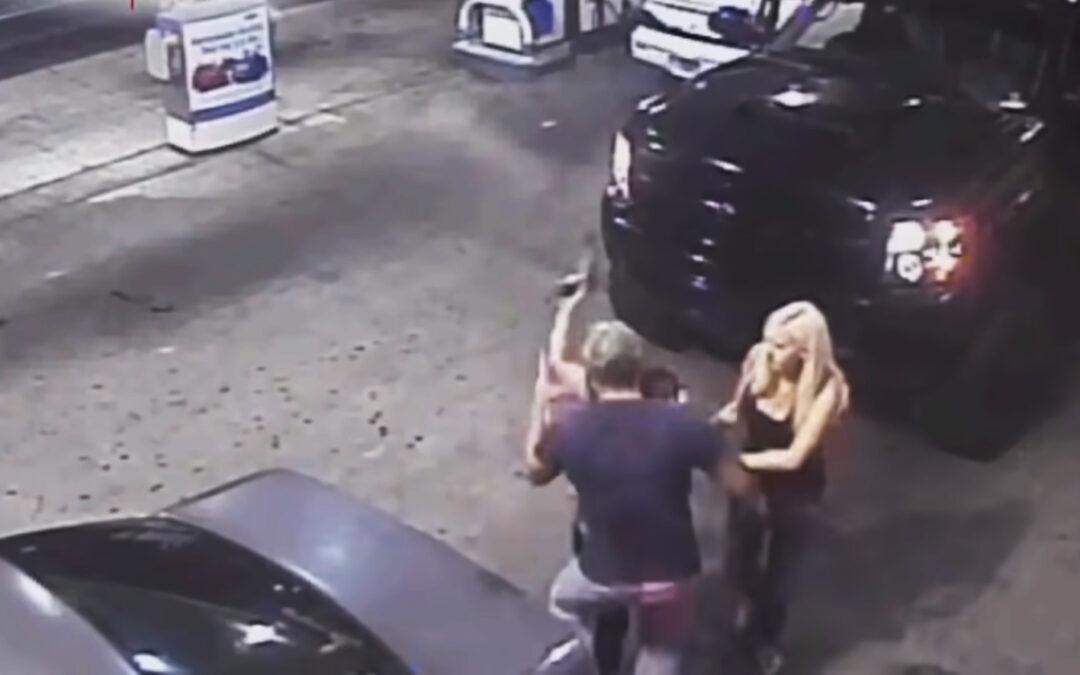 Γυναίκα οδηγός τράβηξε όπλο επειδή της πήραν τη θέση στο βενζινάδικο (Video)