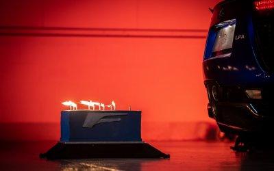 Lexus LFA: Έσβησε 10 κεράκια με την εξάτμιση του! (video)