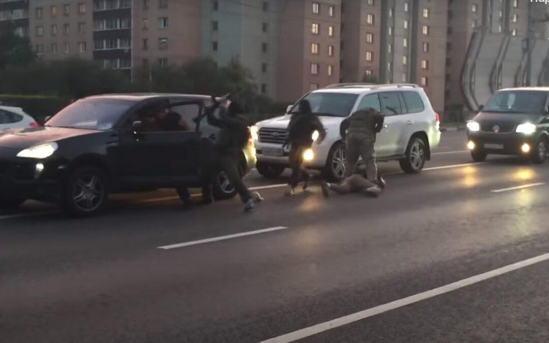 Νταήδες με Cayenne χτυπούν ποδηλάτη και από το πίσω αμάξι κατεβαίνουν οι Ειδικές Δυνάμεις (Video)