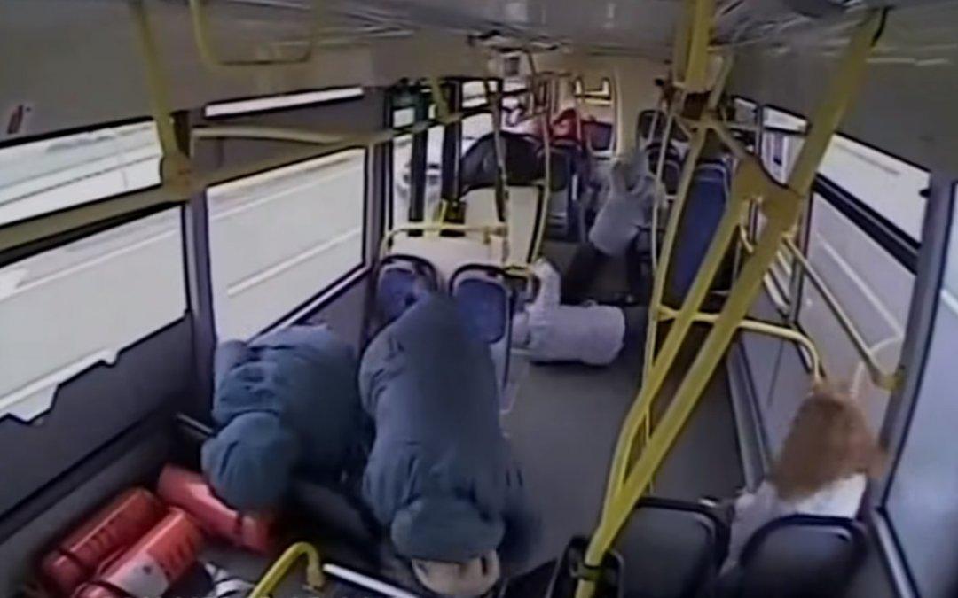 Οδηγός λεωφορείου κοιμάται και τρακάρει. Δείτε τί παθαίνουν οι επιβάτες (Video)