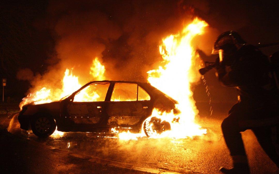 Πάνω από 1.000 αυτοκίνητα κάηκαν στην Γαλλία την πρωτοχρονιά