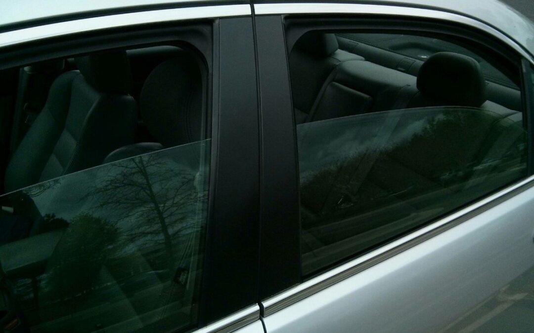 Οδηγώντας με ασφάλεια: Γιατί δεν πρέπει να οδηγούμε μόνο με το πίσω παράθυρο ανοικτό;