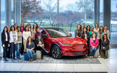 Ford Mustang Mach-E: Τι κάνουν όλες αυτές οι γυναίκες μαζεμένες