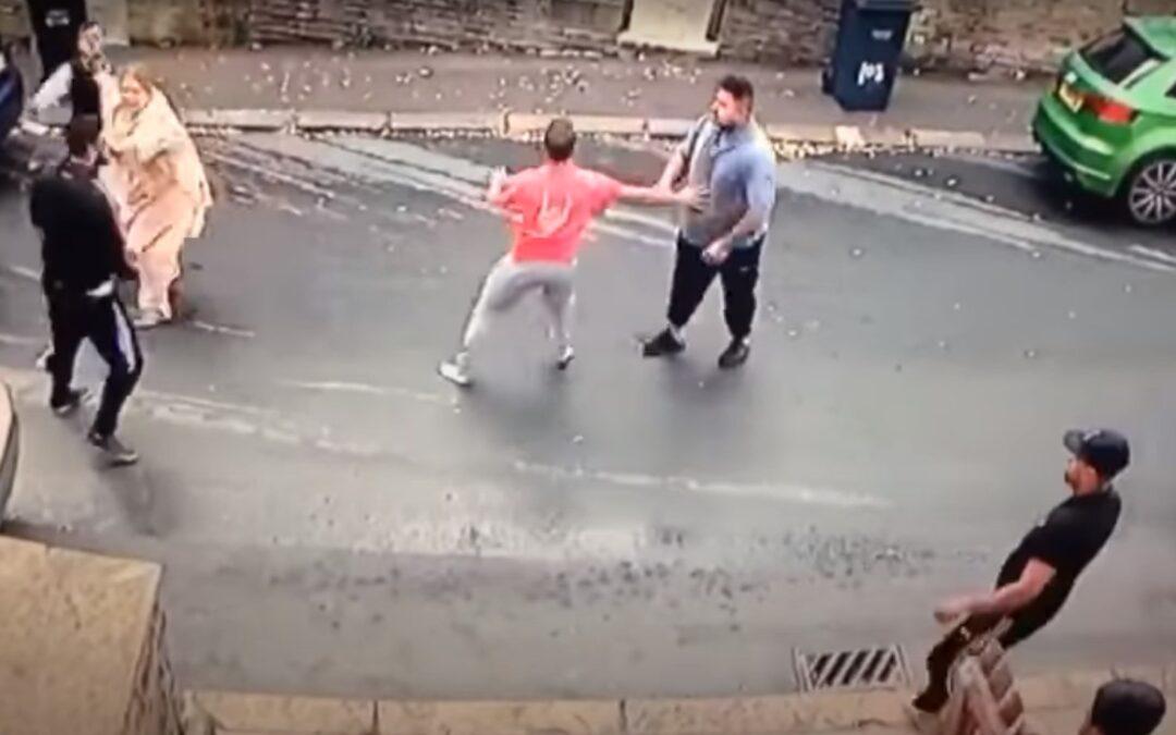 Ολόκληρη γειτονιά πλακώνεται στο ξύλο για ένα τρακάρισμα (Video)
