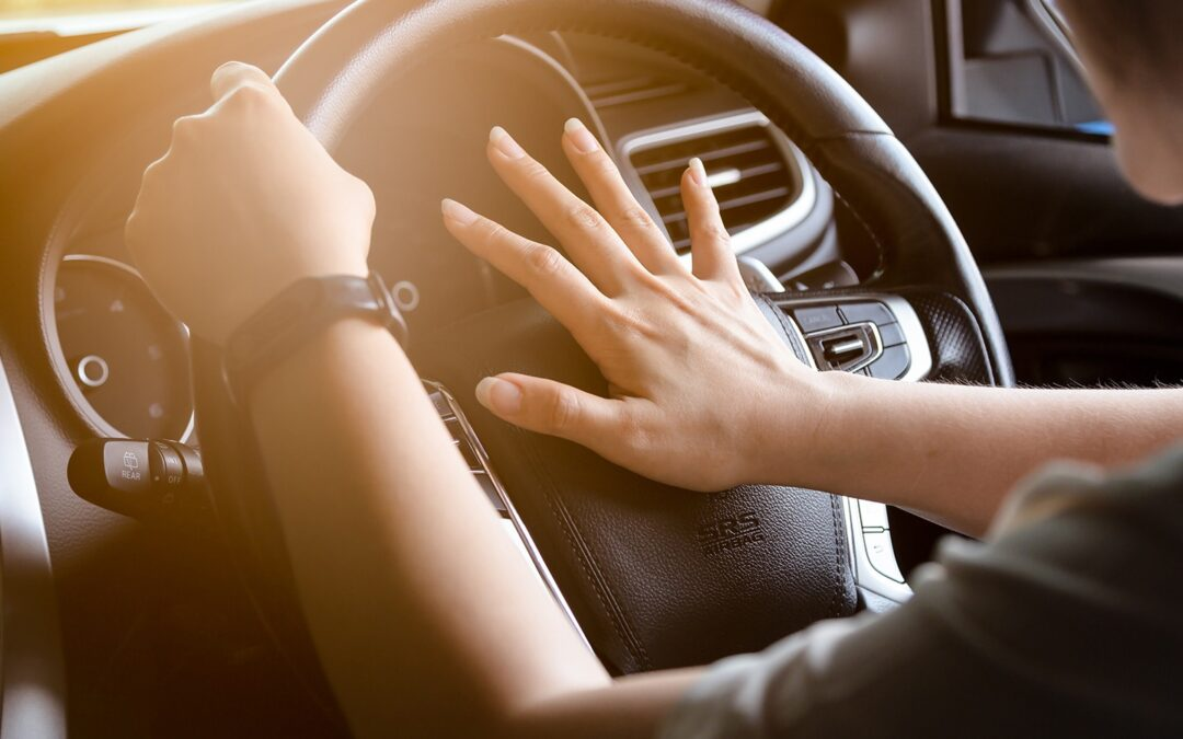 Οδηγώντας με Ασφάλεια: Γιατί ο Ελληνάρας δε ξεκολλάει το χέρι του από την κόρνα;