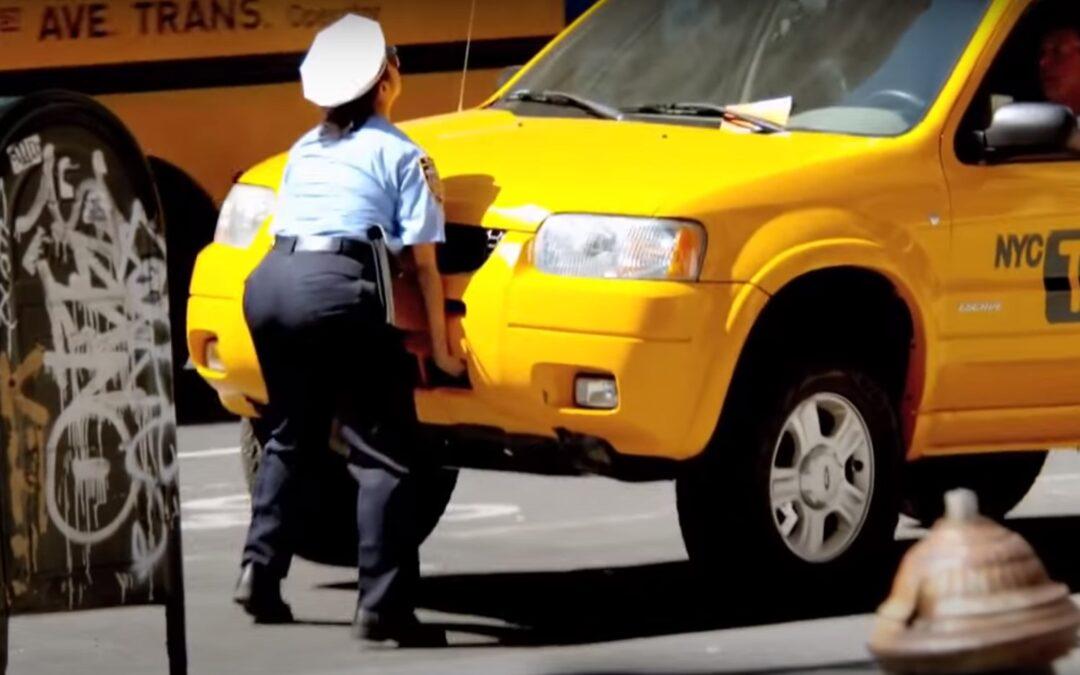 Γυναίκα τροχονόμος σηκώνει αμάξι με τα χέρια της!  (Video)