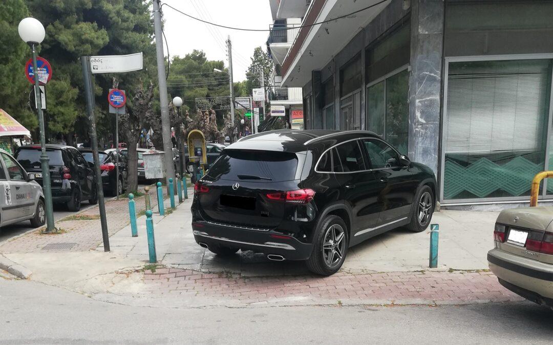 Δικαιολογείται να παρκάρει έτσι επειδή έχει καινούργια Mercedes;