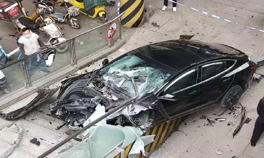 Σμπαράλια έγινε Tesla πάνω σε πεζογέφυρα-Από θαύμα δε θέρισε κόσμο (photos)