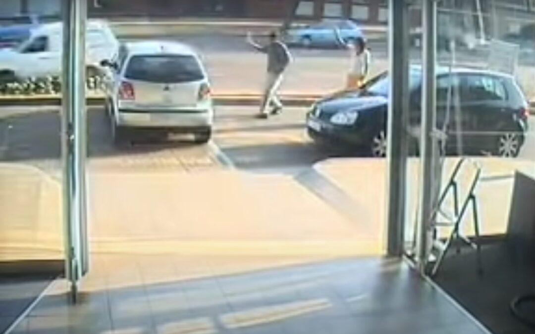 Γυναίκα οδηγός αγοράζει καινούργιο αυτοκίνητο και το τρακάρει με τη 1η γκαζιά! (Video)