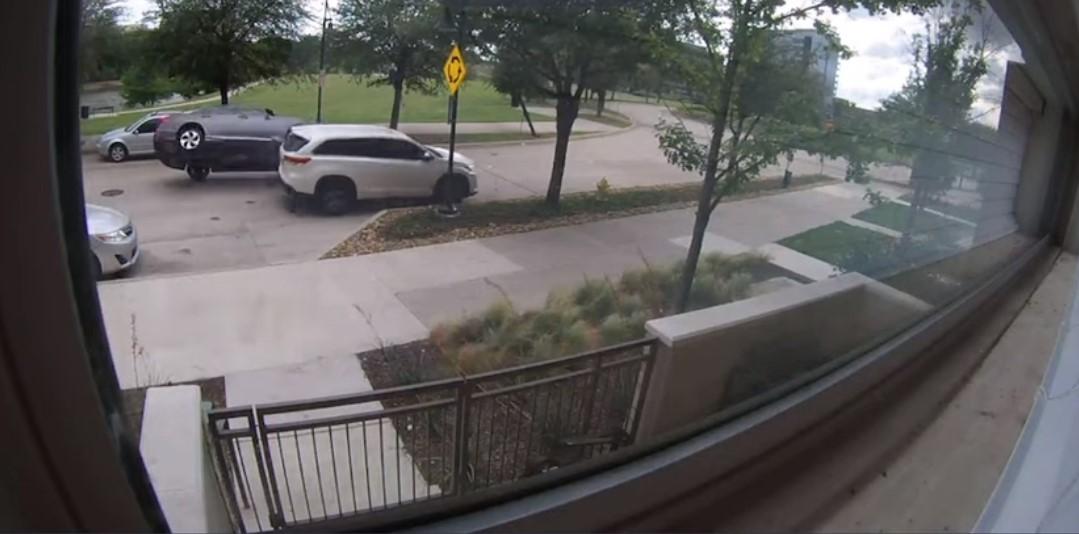 Κατάφερε να τουμπάρει το αυτοκίνητο στην ευθεία με ταχύτητα 30 χλμ./ώρα! (video)