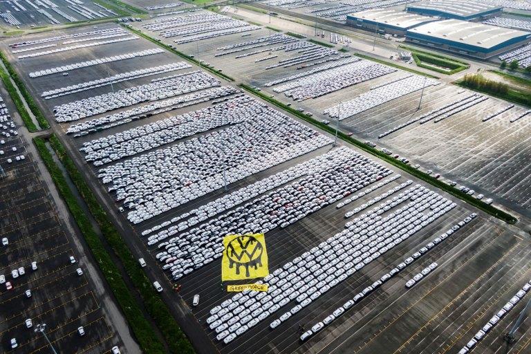 Ακτιβιστές της Greenpeace «βούτηξαν» τα κλειδιά από 1.500 VW μοντέλα
