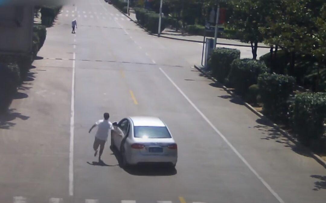 Ξυπόλητος Οδηγός ταξί τρέχει και σταματάει αυτοκίνητο στο οποίο υπάρχουν 2 παιδιά! (Video)