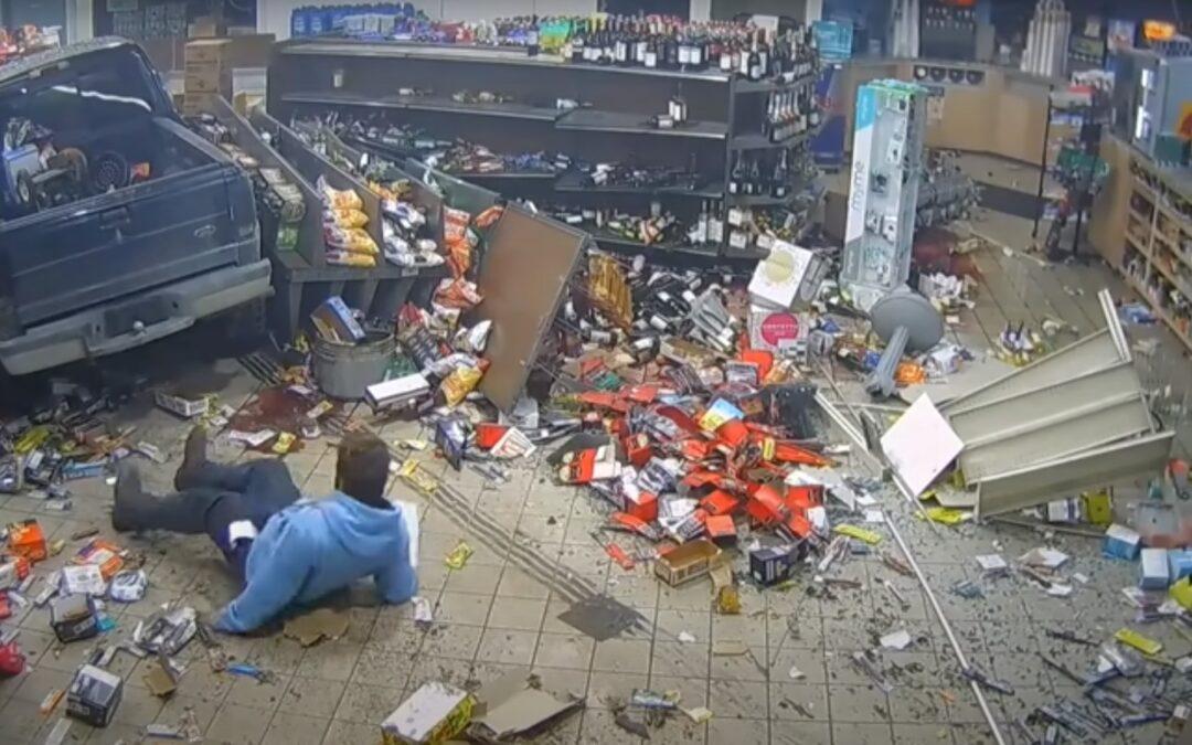 Ο βλάκας της χρονιάς! Γκρεμίζει μαγαζί με το αμάξι, παίρνει την πινακίδα και εξαφανίζεται (Video)