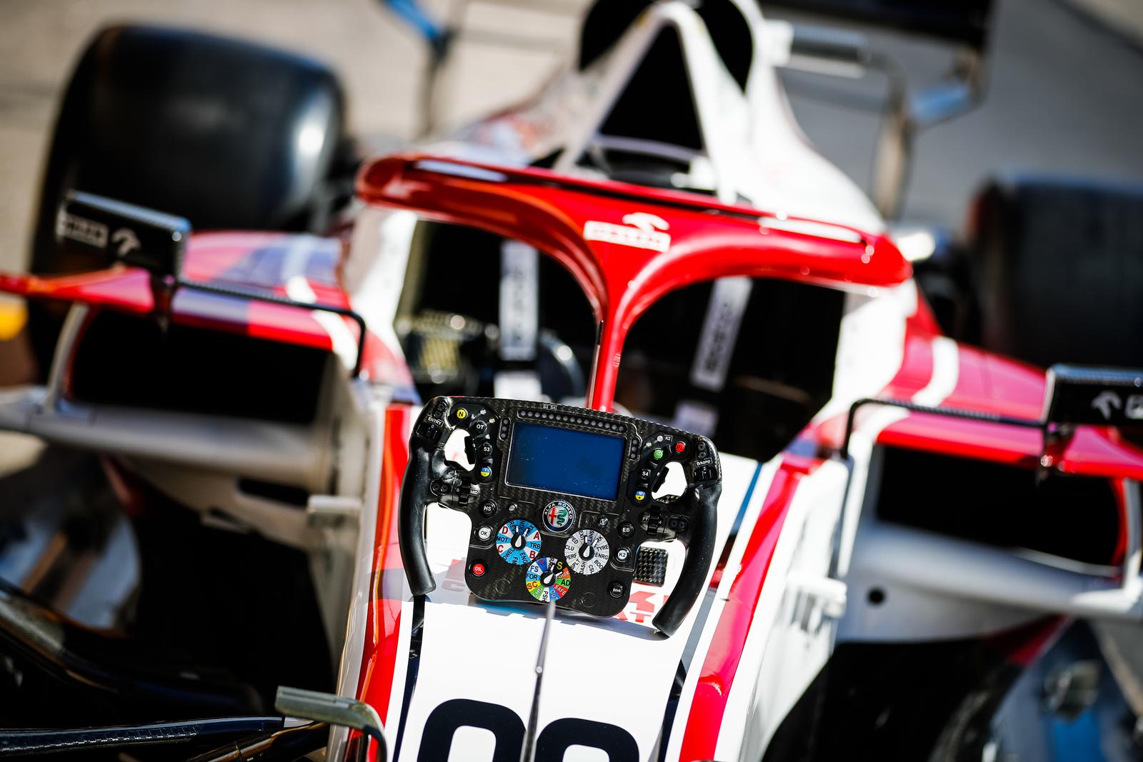 Και μια ματιά στο τιμόνι κομπιούτερ της Formula 1