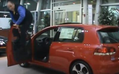 Πωλητής χοροπηδάει πάνω σε ανοικτή πόρτα VW Golf για να αποδείξει ότι αντέχουν (Video)