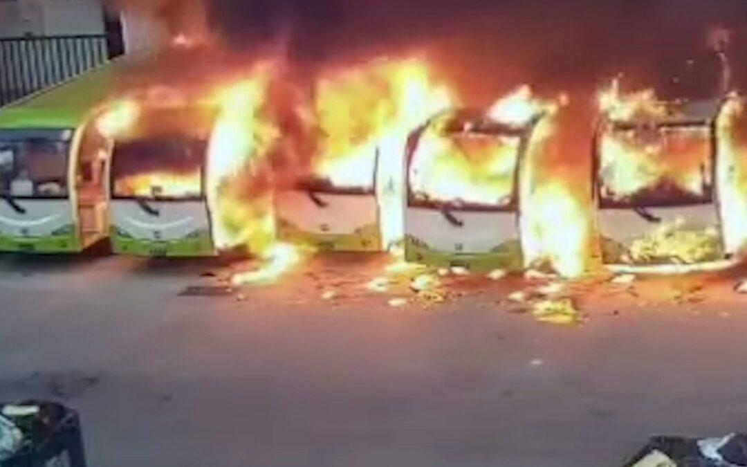 Σαν σπίρτα κάηκαν μυστηριωδώς τέσσερα ηλεκτρικά λεωφορεία (video)