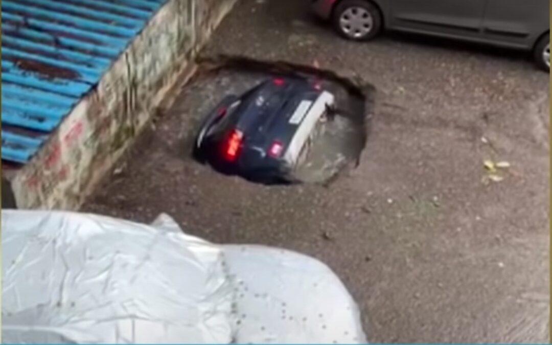 Ανοίγει τρύπα από το πουθενά και καταπίνει αμάξι σε 20 δευτ! (Video)
