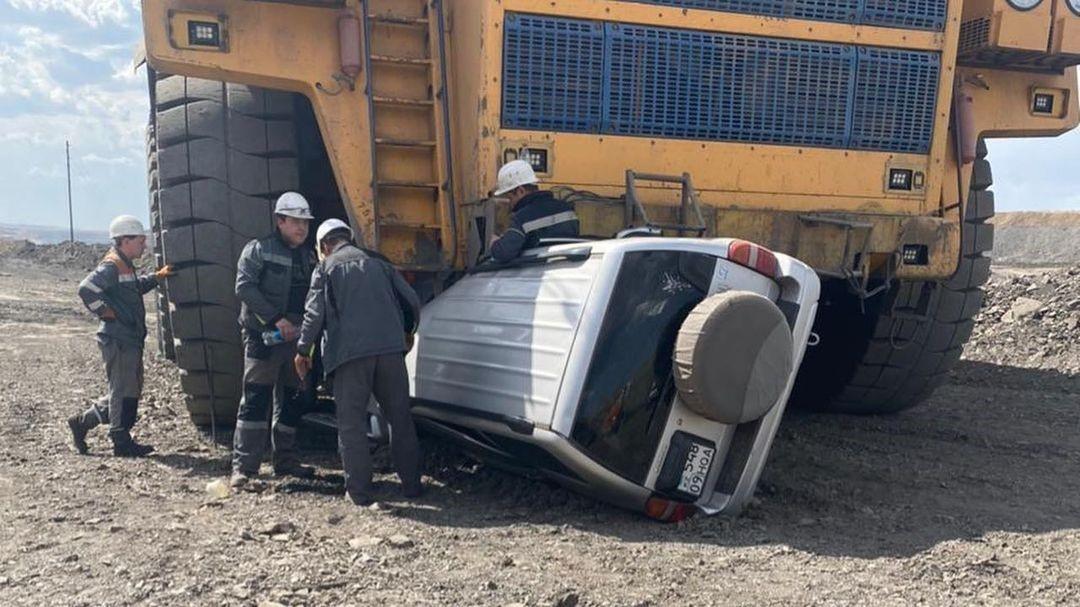 Φορτηγό ορυχείων πατάει SUV με επιβάτες (video)