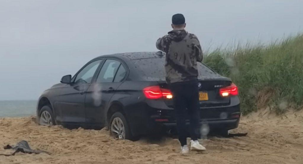 Γκαντέμης ή ανόητος; Κόλλησε στην άμμο και μετά κλειδώθηκε έξω από το αυτοκίνητο! (video)