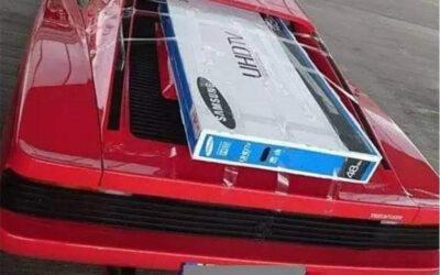 Όταν έχεις Ferrari αλλά είσαι τσιγκούνης και θες να γλυτώσεις τα έξοδα αποστολής της τηλεόρασης
