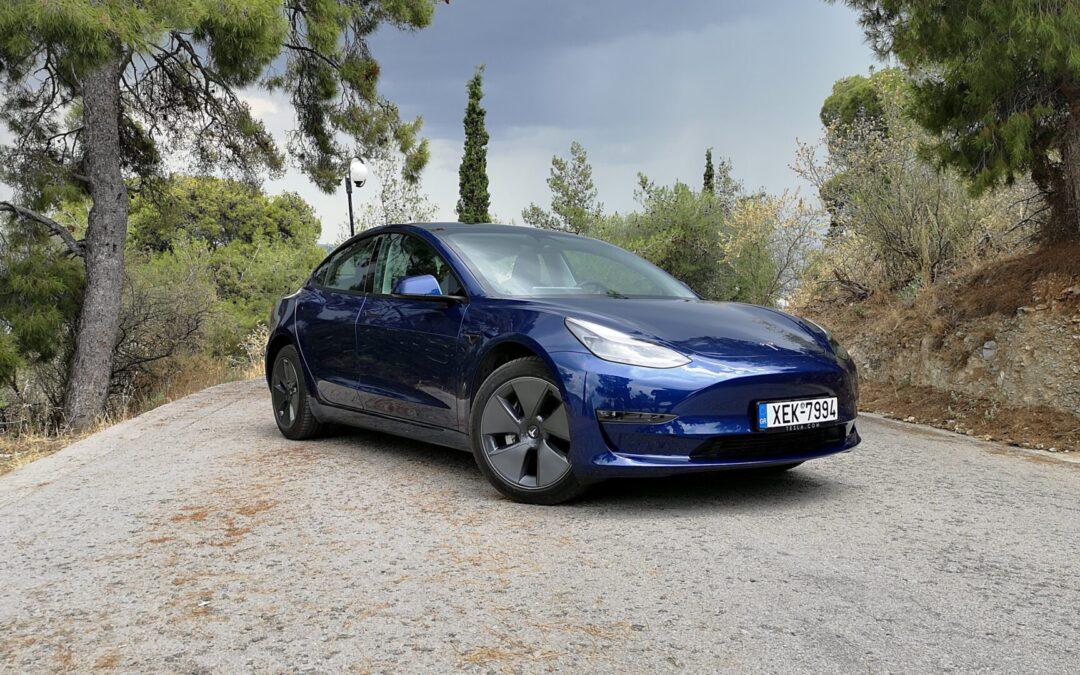 Oδηγούμε το Tesla Model 3 και μας μαθαίνει από την αρχή πώς να βλέπουμε τα αυτοκίνητα