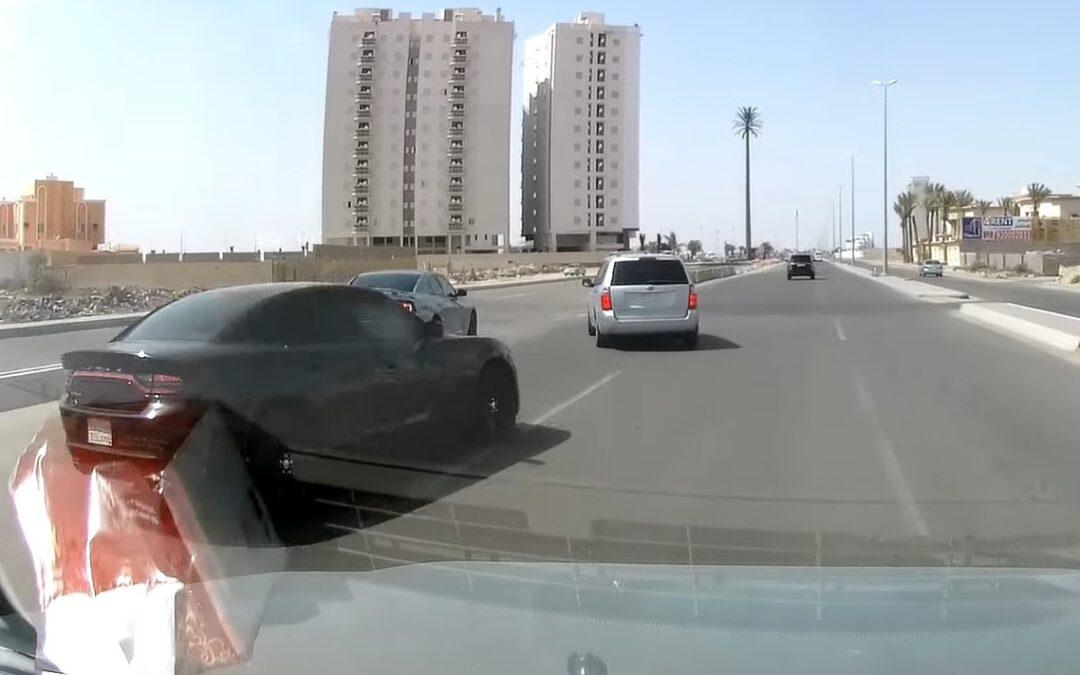 Αναστροφή σε αυτοκινητόδρομο! Τι κάνει ο τρελός! (video)