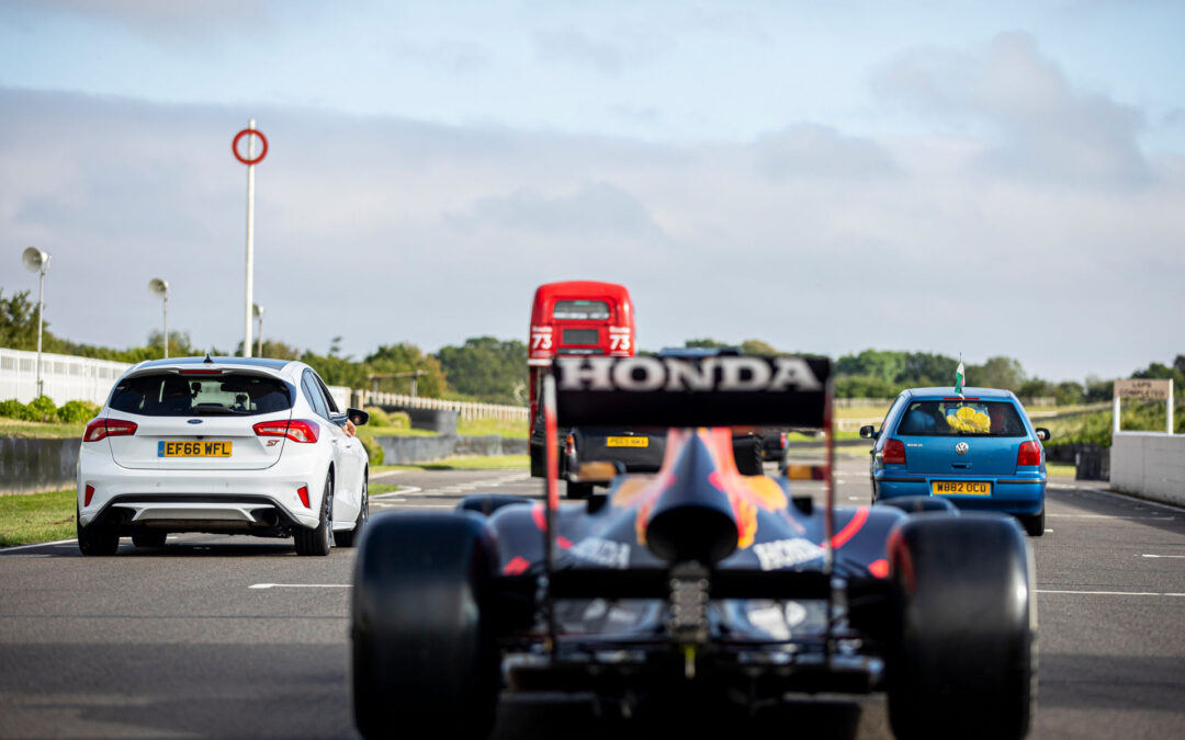 ΔΕΝ το έχετε ξαναδεί! Αγώνας ταχύτητας με μονοθέσιο της Formula 1 ενάντια σε ταξί, λεωφορείο και μαχητικό αεροσκάφος (video)