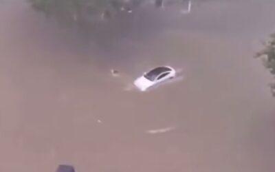 """Νερό μέχρι το παρμπρίζ και τα Tesla """"χαλαρά"""" (videos)"""