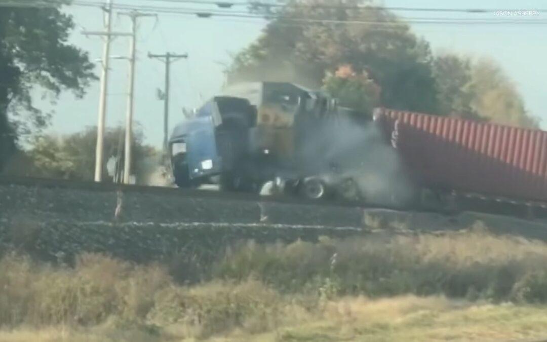 """Τρένο """"ξηλώνει"""" τράκτορα που κόλλησε στις ράγες (videos)"""