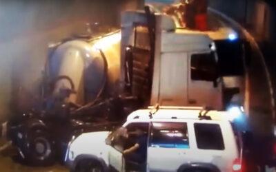 Το πιο αγχωτικό ατύχημα που έχετε δει ποτέ! Παρατηρήστε το μπλε αυτοκίνητο! (Video)